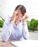 給料の悩みをかかえる女性のイメージ写真
